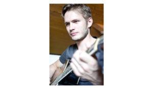 Antoine Aubin avec une guitare